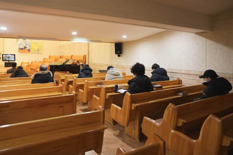 코로나와 혹한 추위에도  새벽제단에  찻아오신  귀한  청년들과 성도님들