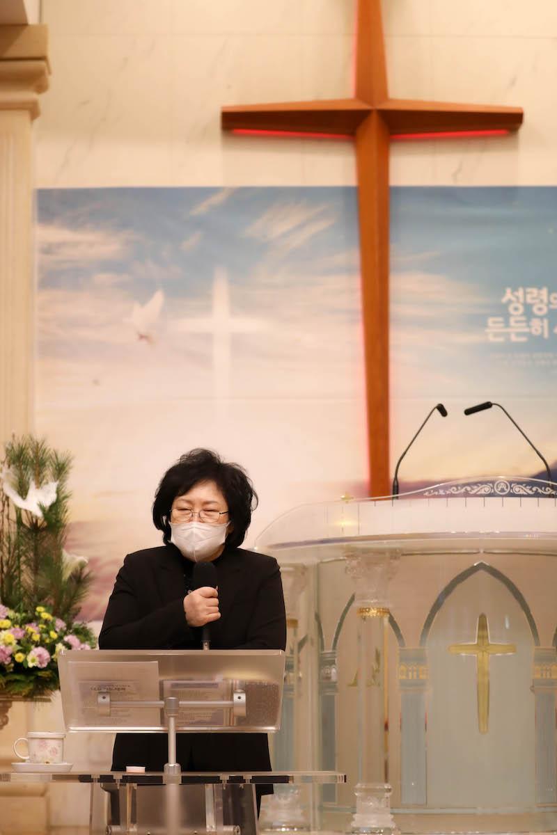 십자가를 넣어서 기도하는 목사님 모습을 담아보았어요